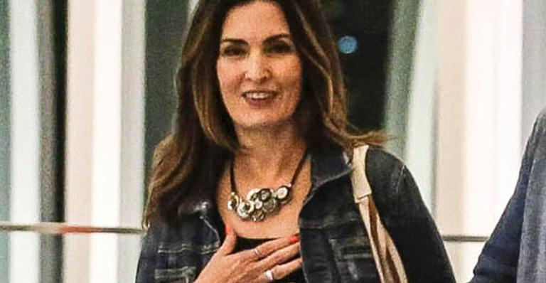 Apresentadora foi fotografada aos risos com amigo em shopping; veja