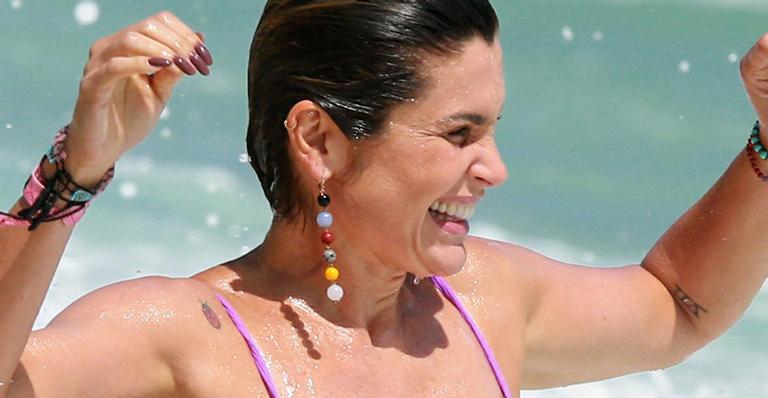 Aos 45 anos, atriz global foi flagrada de biquíni e exibiu corpo real e bumbum durinho