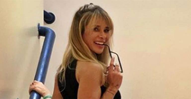 Diretora de palco do Caldeirão do Huck exibe tattoo ousada no quadril