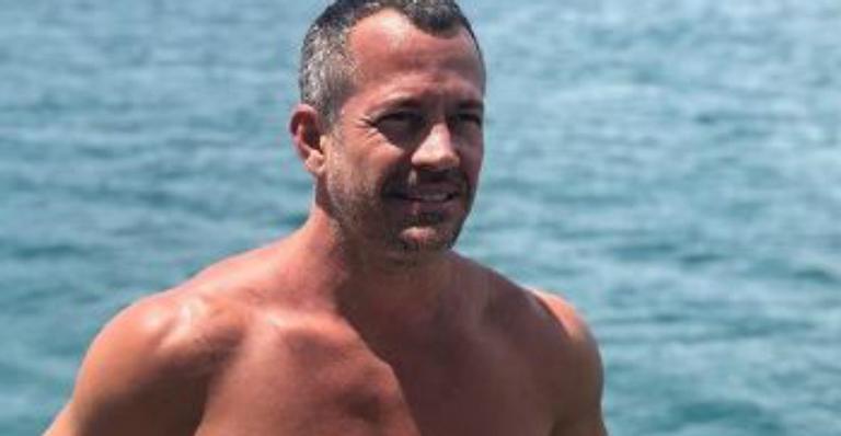 Ator deixou web babando em seu corpão musculoso após clique de sunga na praia