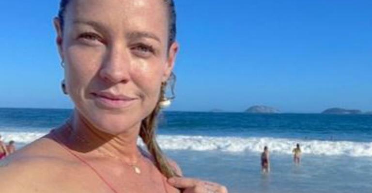 Atriz exibiu seu corpão invejável em clique sem filtros na praia do Leblon, no Rio