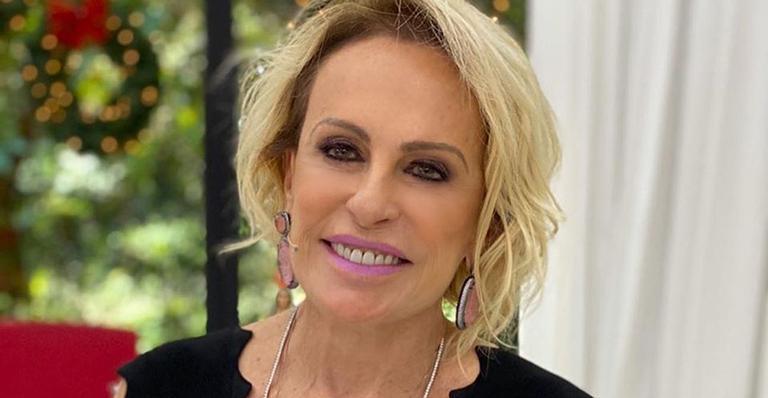 De férias, apresentadora aparece de moletom na sala de casa: 'Vendo BBB e Avenida Brasil'
