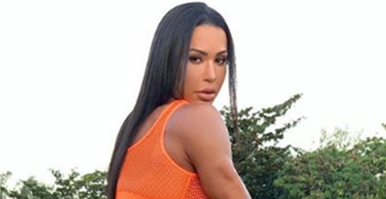 Musa fitness deixa marquinha do biquíni à mostra em foto ousadíssima
