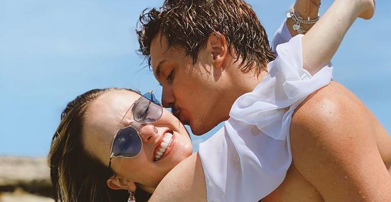 A atriz surgiu em clima romântico com o namorado e deixou um recado amoroso nas redes