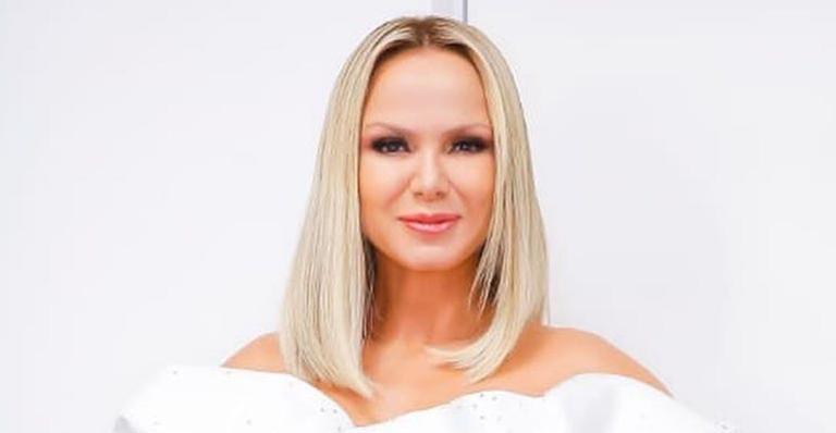 Apresentadora mostra sua beleza natural ao surgir de rosto lavado na web