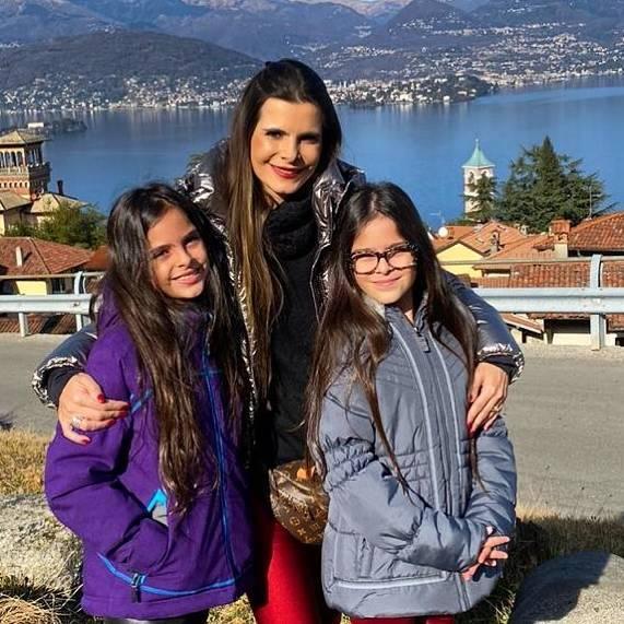Luciano Camargo celebra o aniversário das filhas gêmeas com lindo clique em família