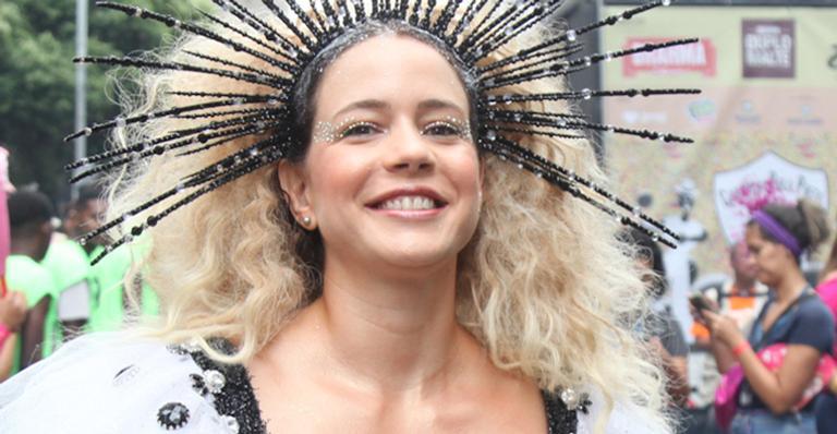 Aos 37 anos, musa surgiu deslumbrante no Cordão do Bola Preta, tradição da folia carioca