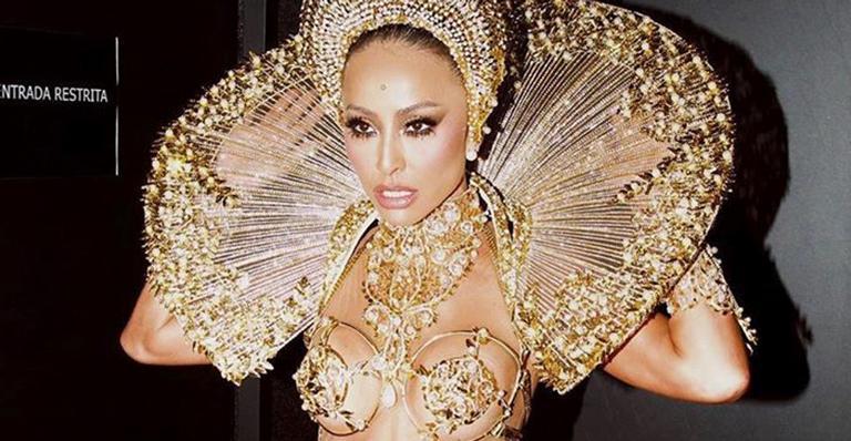 Absoluta na avenida, apresentadora caiu no samba com fantasia de puro luxo