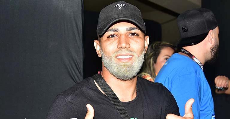 Jogador de futebol é flagrado ao curtir o carnaval do Rio de Janeiro