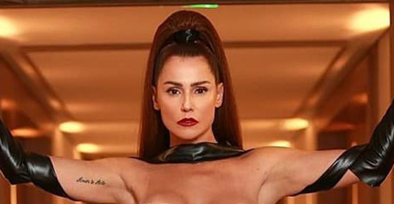 Atriz usa look que imita fitas adesivas enroladas no corpo dela. Veja as fotos