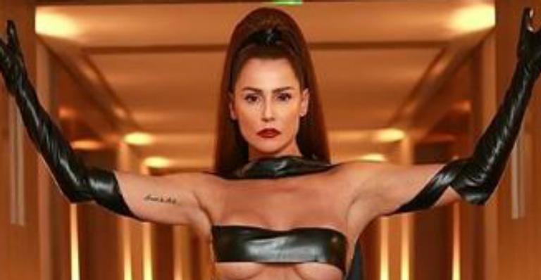 Após arrasar no Carnaval, atriz contou os detalhes por trás de look de 'fita isolante'