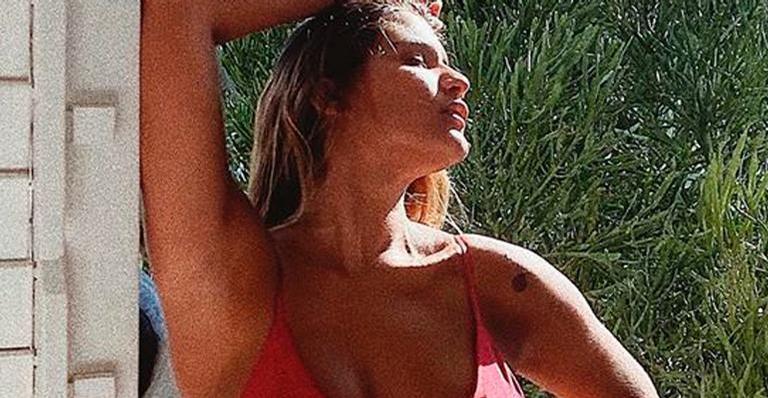 Giulia Costa ostente beleza e boa forma em clique de biquíni e deixa fãs babando