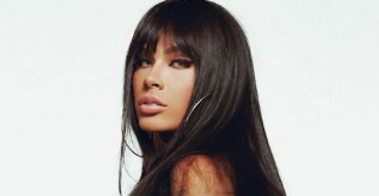 A cantora exibiu suas curvas nas redes sociais ao posar de calcinha mínima