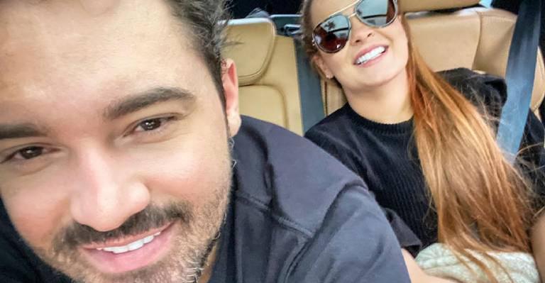 Cantor pede pra namorada dar um up em seu visual e divide momento nas redes sociais