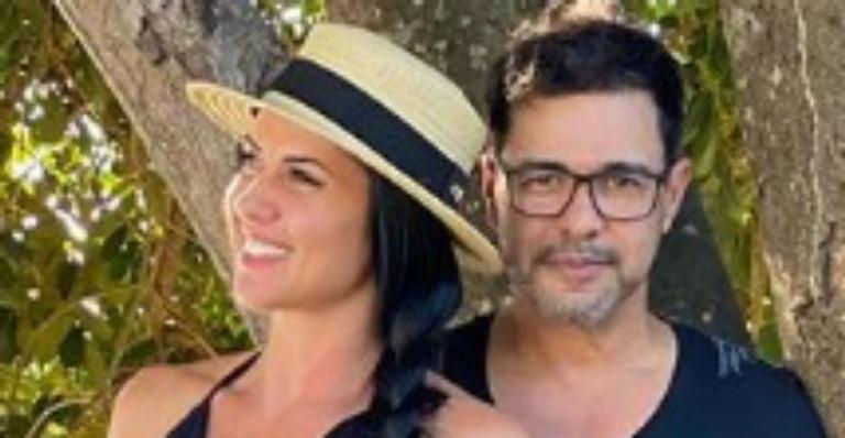 """Influenciadora fitness compartilha clique abraçadinha com o amado e dispara: """"Sempre juntos"""""""