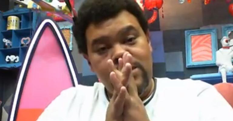 Em vídeo gravado logo após a formação de mais um paredão, ele pediu apoio dos fãs