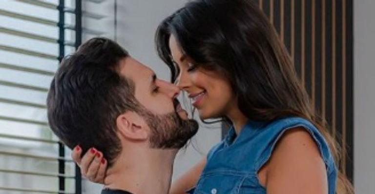 Modelo aparece apaixonada em momento romântico com Rogério Fernandes depois de reatar casamento
