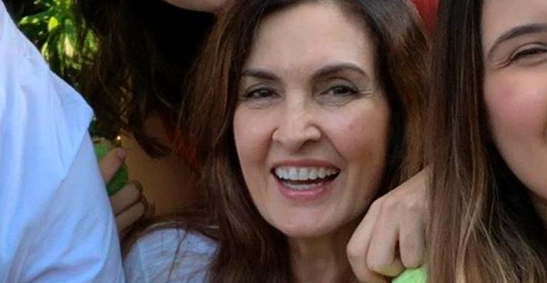 Fátima posou com os filhos e o namorado em imagem rara e encantadora; veja