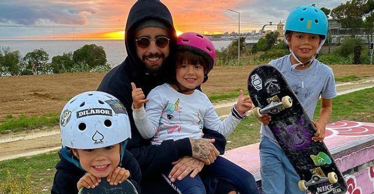 O surfista usou as redes sociais para mostrar como está curtindo a companhia dos filhos