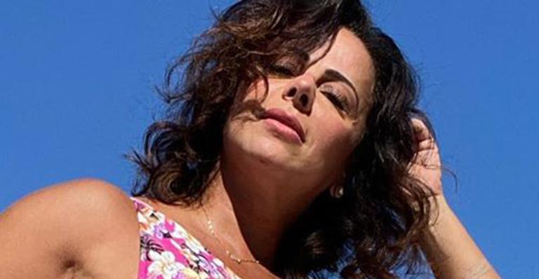 Com direito à cruzada de pernas, atriz global exibiu corpo definido na piscina de sua mansão