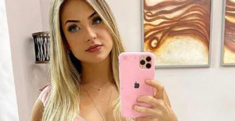 Sertaneja deixou fãs babando em sua beleza única ao exibir o corpão em look curtinho