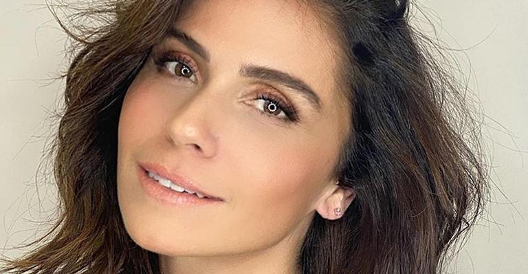 Sem maquiagem, a atriz de 44 anos exibiu sua beleza natural e sensualizou vestindo apenas um moletom