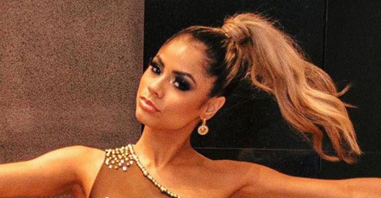 A cantora comemora o aniversário da irmã caçula e chamou a atenção da web