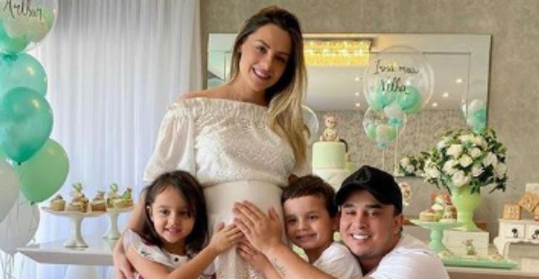 Cantor e os filhos abraçam barrigão de Sarah Biancolini e posam nas redes sociais