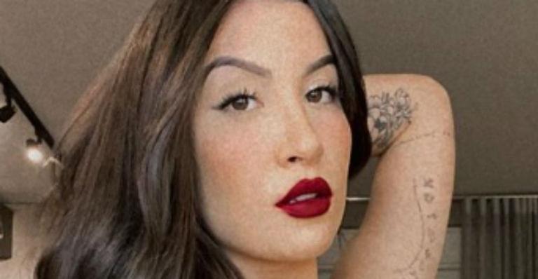 Influenciadora abusa do batom vermelho e posa sensual em clique para as redes