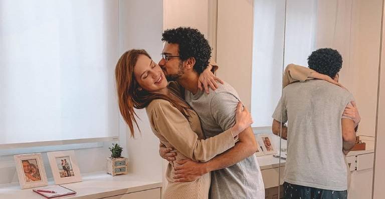 Apaixonado, ator faz linda declaração de amor para a namorada e encanta seguidores