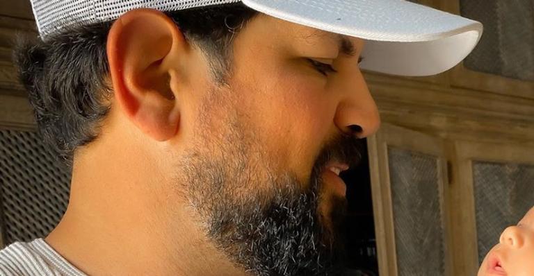Tal pai tal filho? Sertanejo comoveu web ao dividir clique especial com primeiro herdeiro