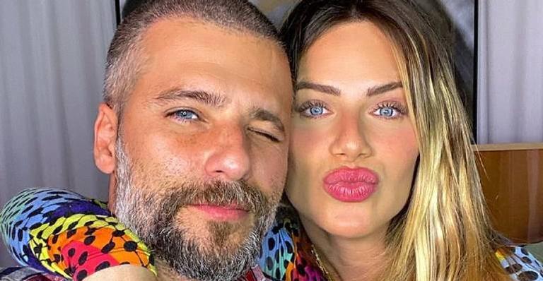 Marido babão, ator faz filmagem especial e registra barriga de 39 semanas da esposa