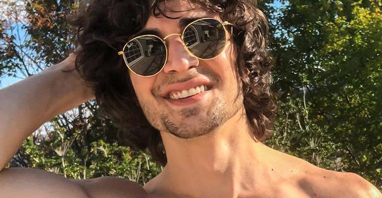 O cantor surgiu sem camiseta nas redes sociais e deixou os fãs babando