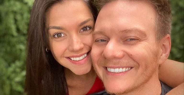 Nas redes sociais, atriz compartilha cantor brincando com os herdeiros Teodoro e Melinda