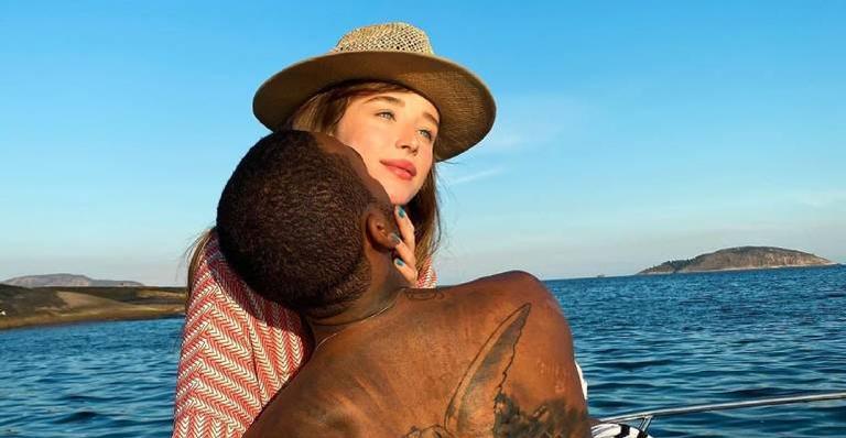 Cantor compartilha clique da atriz, enaltece sua beleza e declara o amor que sente por ela