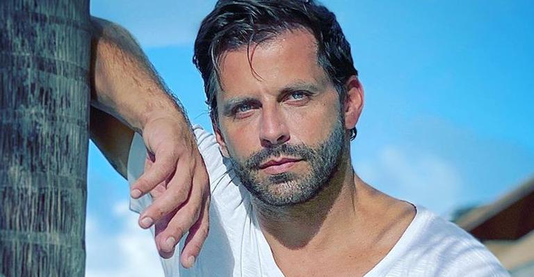 O ator relembrou alguns cliques de seu trabalho na trama e comemorou sua reexibição