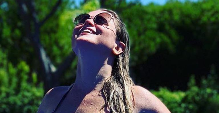 Na piscina da casa em que mora em Portugal, esposa do goleiro Júlio César deu surra de beleza