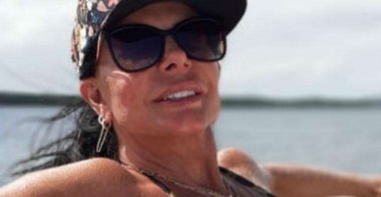 Rainha do Rebolado exibe abdômen chapado em registro na lancha