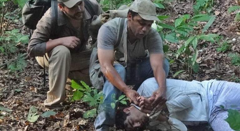 Bastante debilitado, o filho de Griselda será encontrado por um grupo de homens depois de fugir de sequestradores