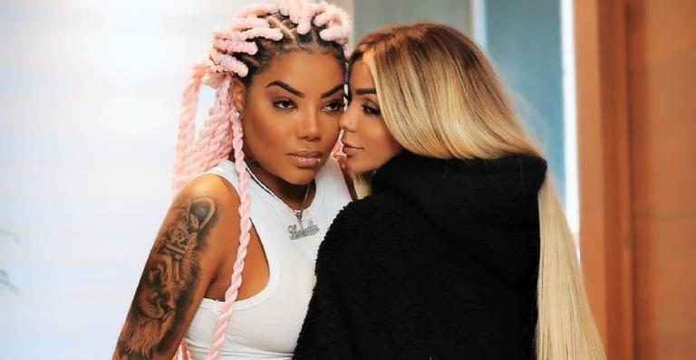 Dançarina compartilha clique coladinha com a cantora e declara todo seu amor