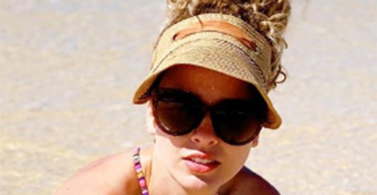 Conhecida por filmes infantis, ela mostrou seu lado sexy em foto na praia