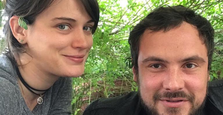 Após colunista revelar fim do casamento, ator diz que informação é fake news