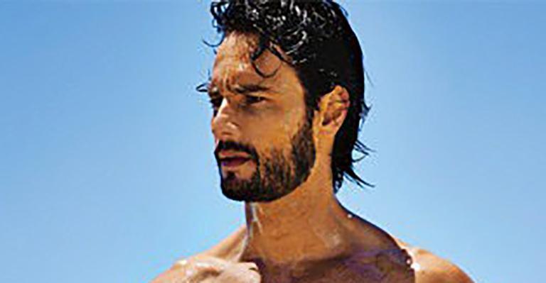 O ator compartilhou um ensaio em que aparece como surfista e deixou os fãs babando