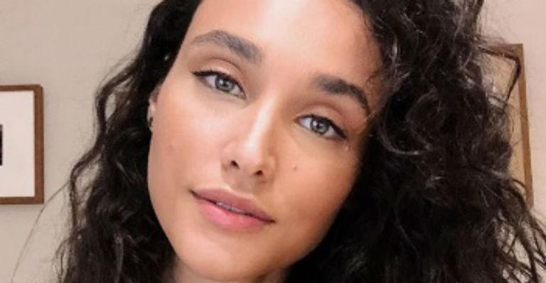 A atriz posou usando um maiô com recortes profundos e ostentou beleza ímpar ao relembrar clique