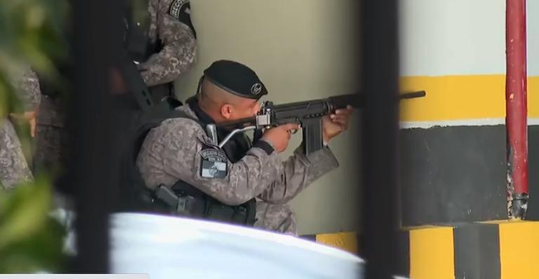 Ao vivo, equipe de reportagem precisou se esconder em prédio para fugir do tiroteio; duas pessoas morreram
