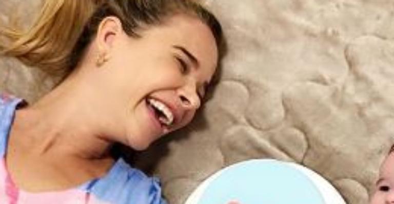 Ex-assistente de palco emocionou web com festinha simples para celebrar novo mesversário da bebê