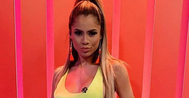 Ela apresentou programa de TV com um look bem sensual e, nas redes sociais, revelou detalhe indiscreto