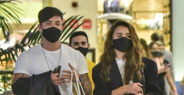 Esta é a primeira vez que o casal é visto em público e não se importaram com a presença do paparazzi