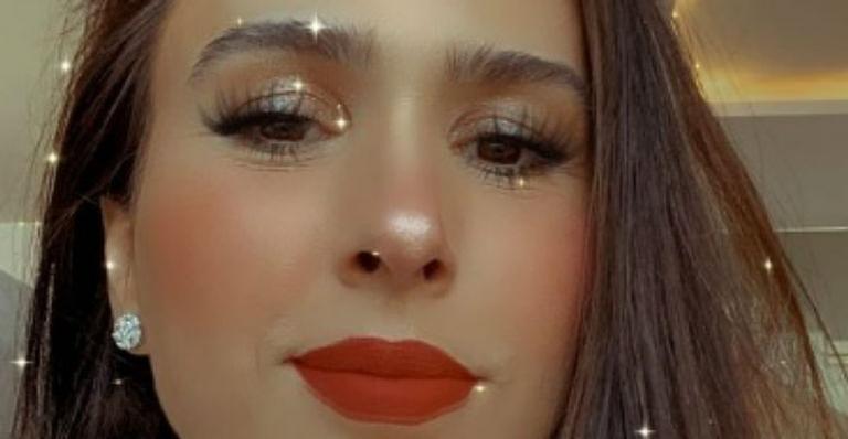 Ela passeia com Clara Maria usando look diferenciado e tamanho da filha rouba a cena na web
