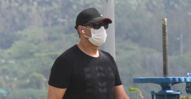 Âncora do JN foi flagrado com look casual enquanto colocava o corpo para se exercitar no Rio